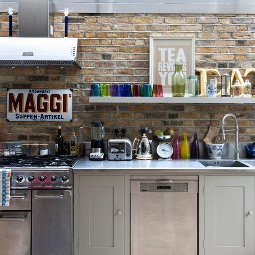 Em segundo lugar, cozinhas também merecem decoração nas paredes, tipo quadros, pôsters e fotos. Mas nesse caso é bom emoldurar, por causa do calor e da gordura