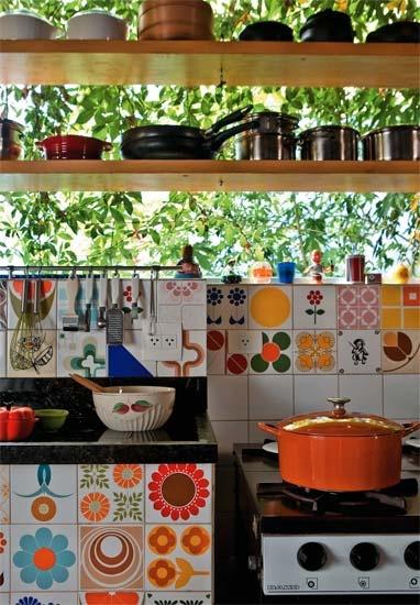 Adesivos podem ser os melhores amigos da sua cozinha. Eles costumam custar barato, são fáceis de aplicar e retirar (caso você more num lugar alUgado) e podem, por exemplo, deixar os seus azulejos mais charmosos