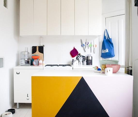 Ou incrementar a parede da sua bancada (caso você tenha uma cozinha do tipo americana) e alegrar as portas dos seus armários