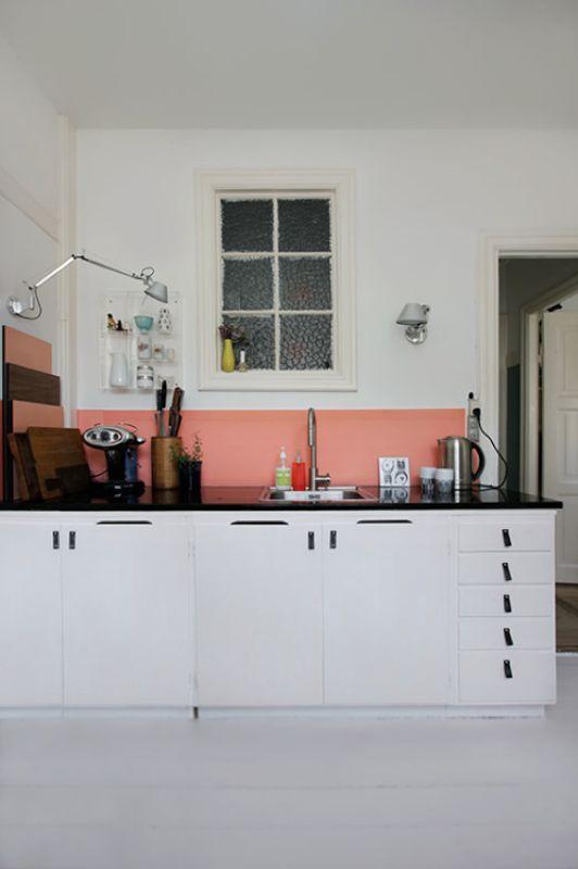 Pra quem tem uma cozinha toda de azulejos brancos, acha tudo muito sem graça, mas não vai com a cara dos adesivos, que tal pintar uma faixa sobre a pia com uma cor legal? Não é mais tão complicado e já existe tinta pra azulejo prontinha nas lojas de construção