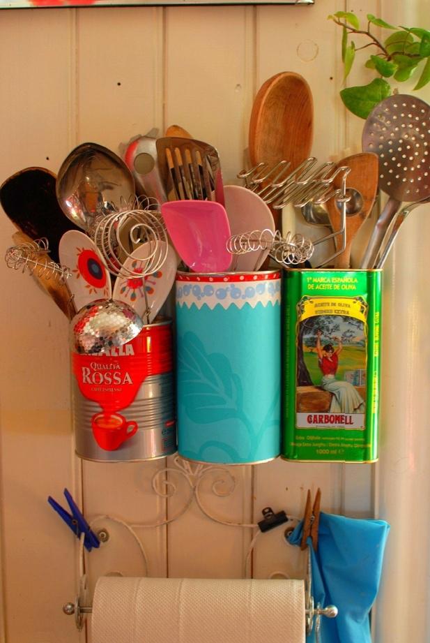 E se a gente aproveitar latas de produtos com um design gráfico legal pra usar como porta utensílios? Lata de Nescau com colagem, ou pintada de cores incríveis, também servem