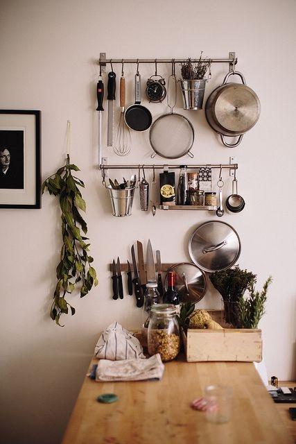 Pra quem não tem muito espaço, gavetas ou prateleiras, suportes pra pendurar coisas podem ser uma boa alternativa