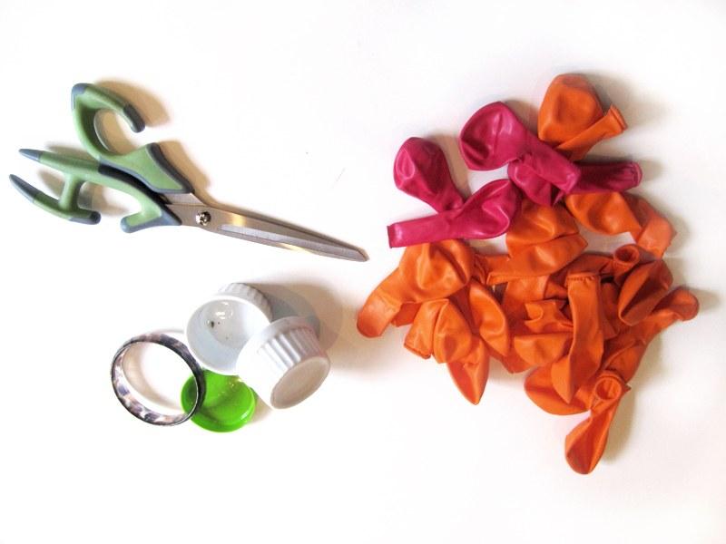 Material necessário: tesoura, bexigas, potinhos, vasinhos e até pulseiras