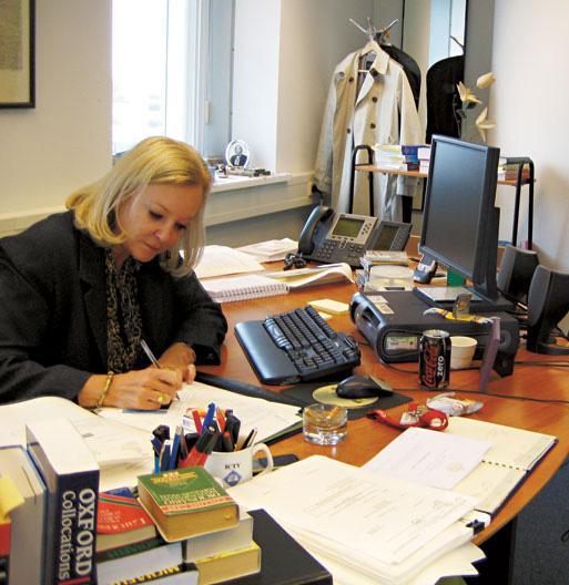 A juíza Sylvia Steiner despacha em seu gabinete; no canto da mesa, à esq., CDs de Ney Matogrosso e música celta para relaxar