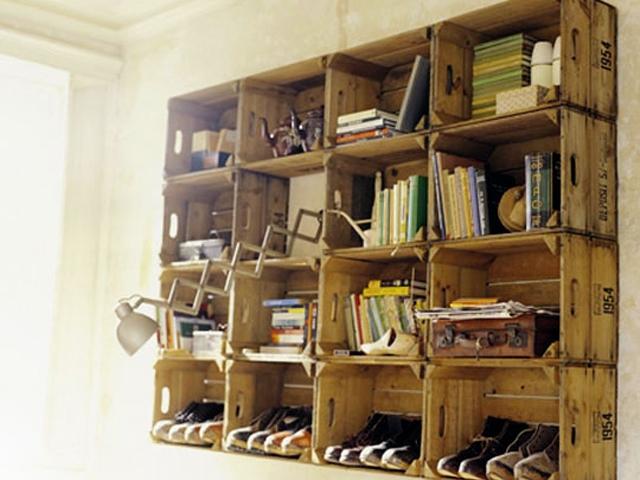 05. Caixotes de feira viram boas estantes também. Uma limpadinha, uma lixadinha e uma demãozinha de verniz são suficientes