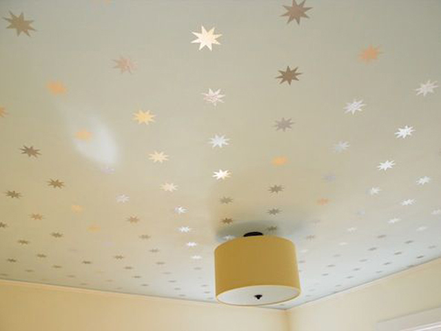 07. E que tal algumas estrelas adesivadas no teto de algum cômodo? A parte mais difícil vai ser subir na escada e colar tudo