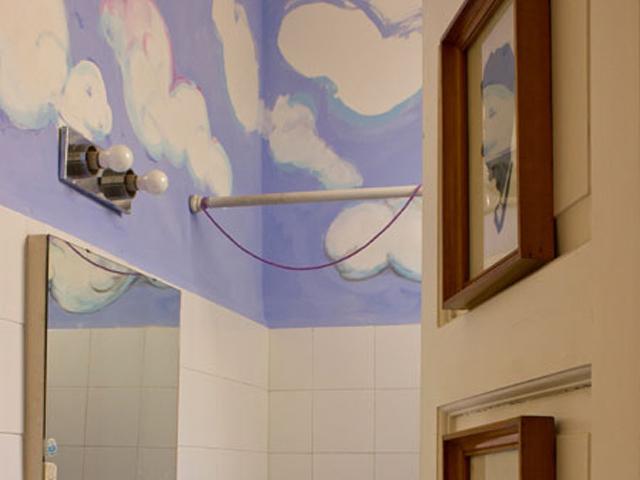 08. Se você prefere trabalhar com tinta, pode pintar um céu no seu banheiro – ou em qualquer outro lugar. Base azul, um stencil em forma de nuvem e spray branco dão conta do recado