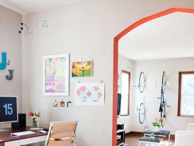09. Ou, pra uma casa mais discreta, que tal adicionar um pouco de cor em lugares inusitados – como vãos de passagem?