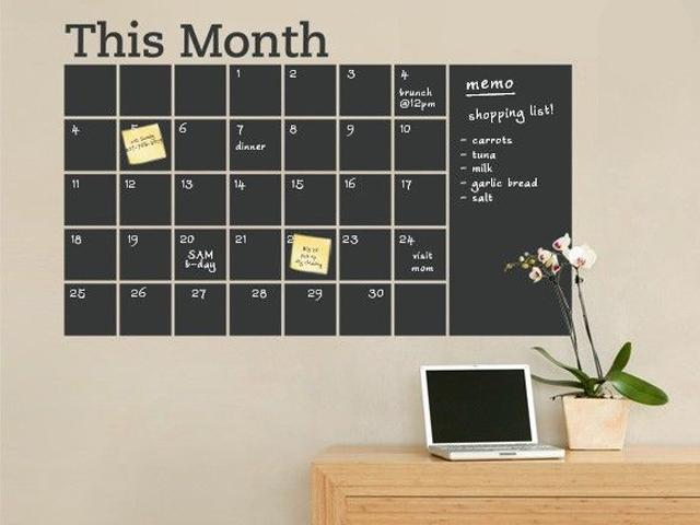 10. Tinta lousa e fita crepe são suficientes pra fazer uma agenda permanente pro seu home office. Pano úmido ou um tiquinho de álcool gel resolvem a limpeza