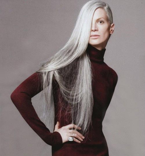 A top model dos anos 90 Kristen McMenamy voltou às passarelas aos 46 anos ostentando um longo cabelo grisalho