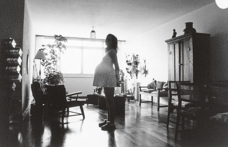 Laís grávida de Carolina, no apartamento onde morou quando criança  e voltou, com o marido, na época de Bicho de Sete Cabeças
