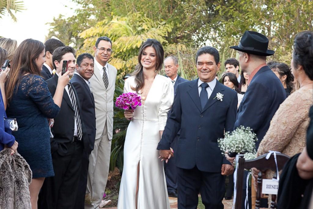6) A Livia fez sob medida um vestido de noiva único, cheia de estilo, com fenda, manga longa, muitos botões e simplesmente arrasou