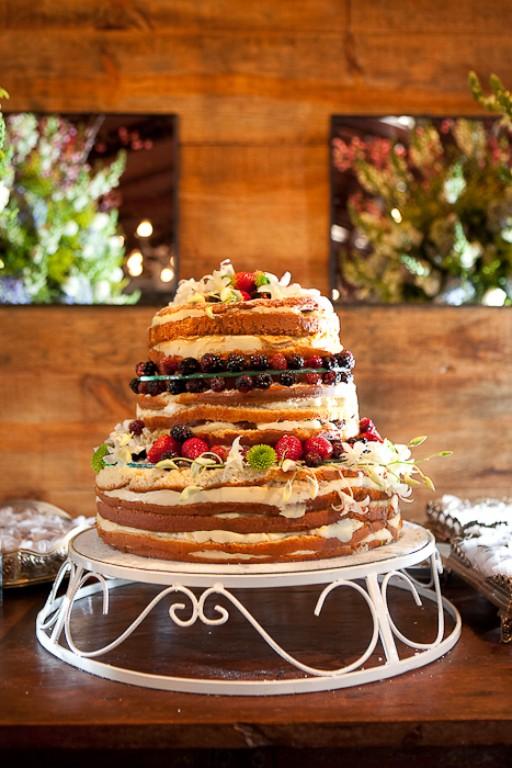 7) A Livia também fugiu do bolo com pasta americana tradicional. Pediu para a tia fazer esse bolo em camadas cheio de frutas e creme, com cara de quem pede para ser devorado