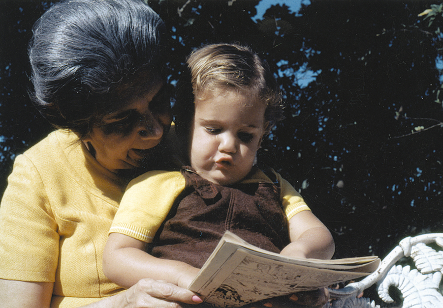 No mesmo  ano, no colo da avó Lygia,  que inspirou seu nome