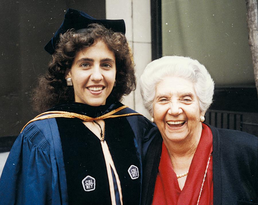 Ao lado  da avó Lygia,  na formatura do doutorado em Nova  York, 1994