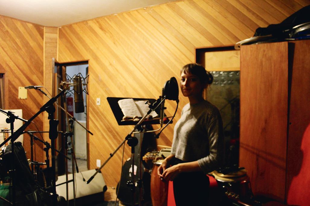 Em estúdio durante a gravação do álbum Pitanga, em 2011