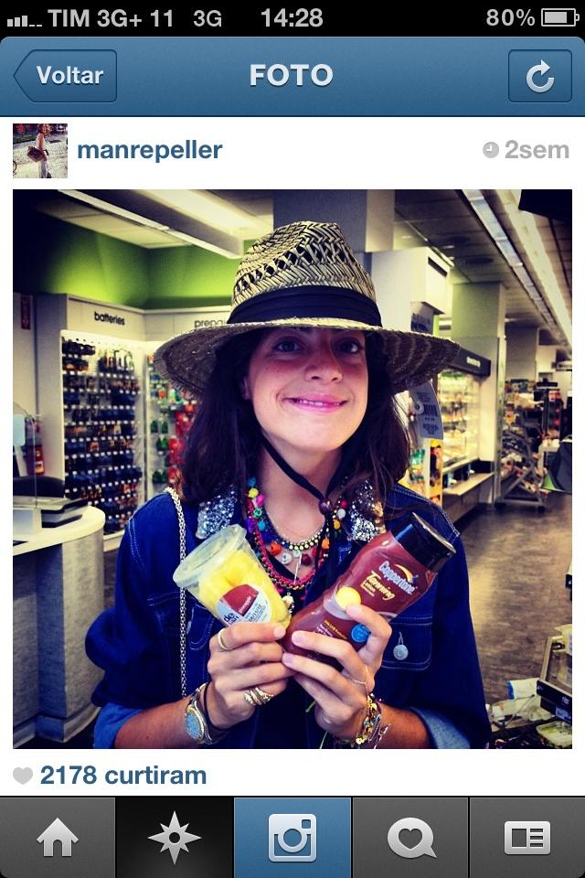 """@manrepeller: A Leandra Medine tem um blog de moda bem diferente. A começar pelo nome, que quer dizer algo como """"repelente de homens"""" - por usar roupas extravagantes que nem sempre os meninos entendem. Ela também tem uma vida bem divertida, circula por muitos lugares bacanas e ainda posta sapatos, bolsas e sandálias que despertam nosso desejo de consumo"""