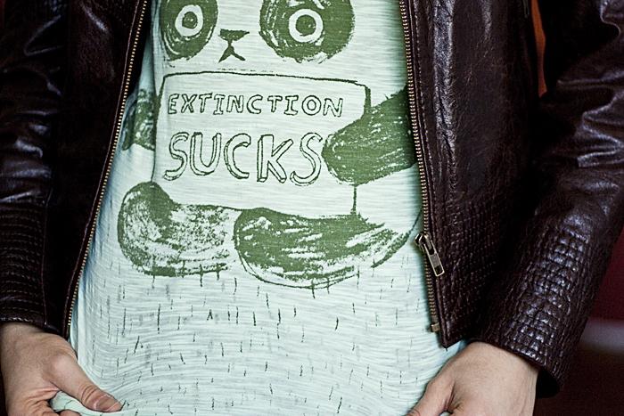 Quinta-feira: Detalhe da camiseta politizada da Tainá 'extinction sucks'