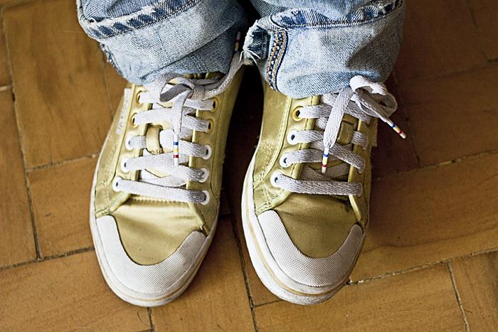 Sexta-feira: Detalhe do tênis numa cor que fica entre o verde-cana e o amarelo