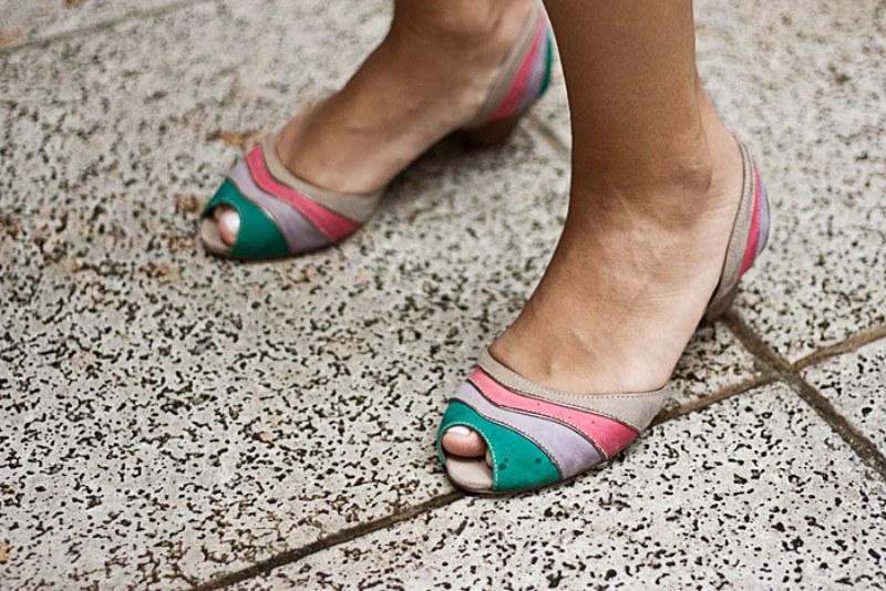 Sapato da La Tienda, tem um saltinho bem discreto, é dá uma cor no look