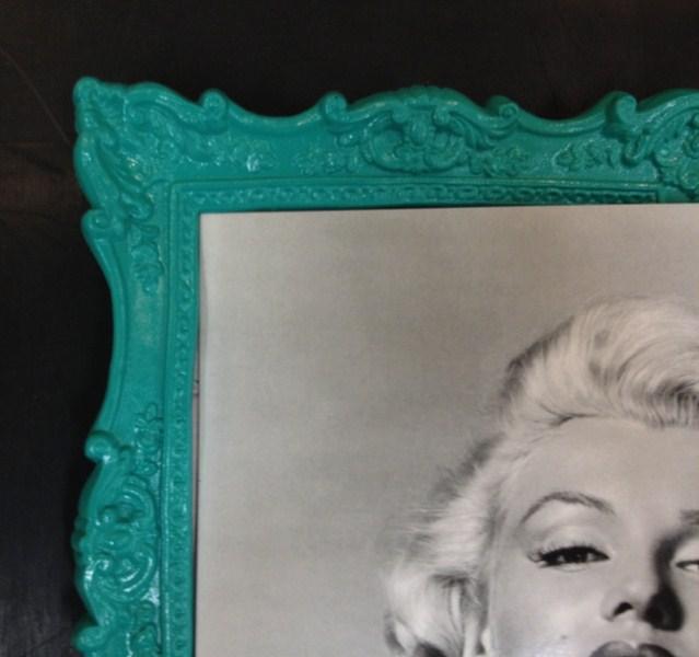 Clássica com entalhe e pintura turquesa dá um ar moderno à peça. Fast Frame (www.fastframe.com.br)