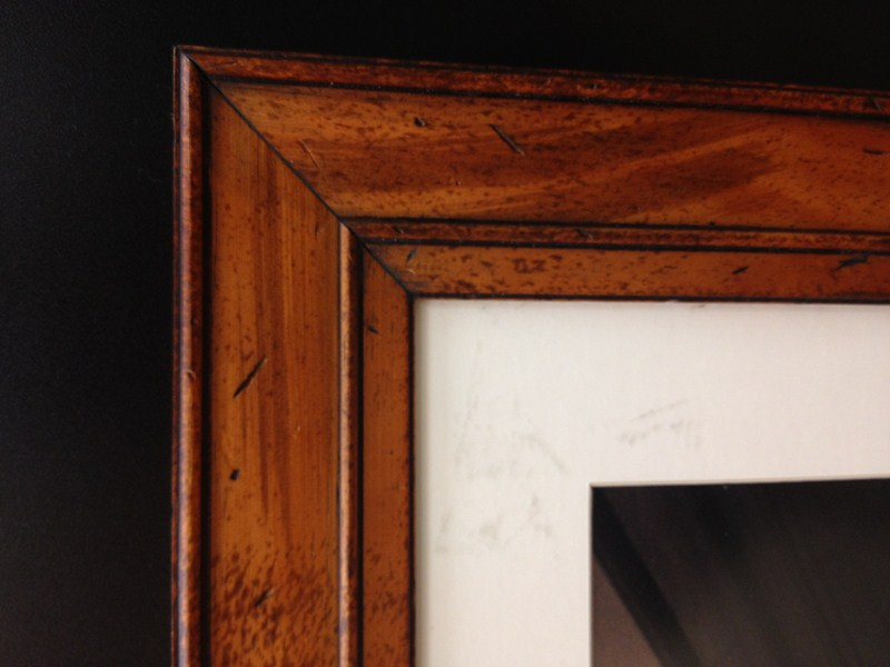 Moldura com madeira de lei e paspatur dá um ar mais conservador à obra. Fast Frame (www.fastframe.com.br)