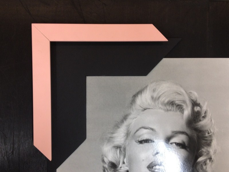 Moldura simples rosa com paspatur preto. Fast Frame (www.fastframe.com.br)