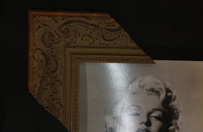 Moldura clássica entalhada e com pintura que sugere o envelhecimento da peça. Fast Frame (www.fastframe.com.br)