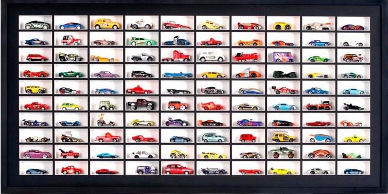 Quadro caixa com profundidade para abrigar a coleção de carrinhos de brinquedo com fundo e profundidades branca para destacar a coleção. Moldura Minuto (www.molduraminuto.com.br)