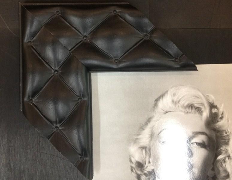 Com textura que imita capitonês. Fast Frame (www.fastframe.com.br)