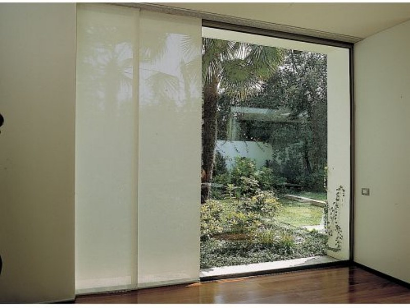 Cortina Modelo Painel em tecido Panamá, uma tela de proteção solar que permite a vista (Luxaflex por Duetto Decorações – www.duettodecoracoes.com.br)