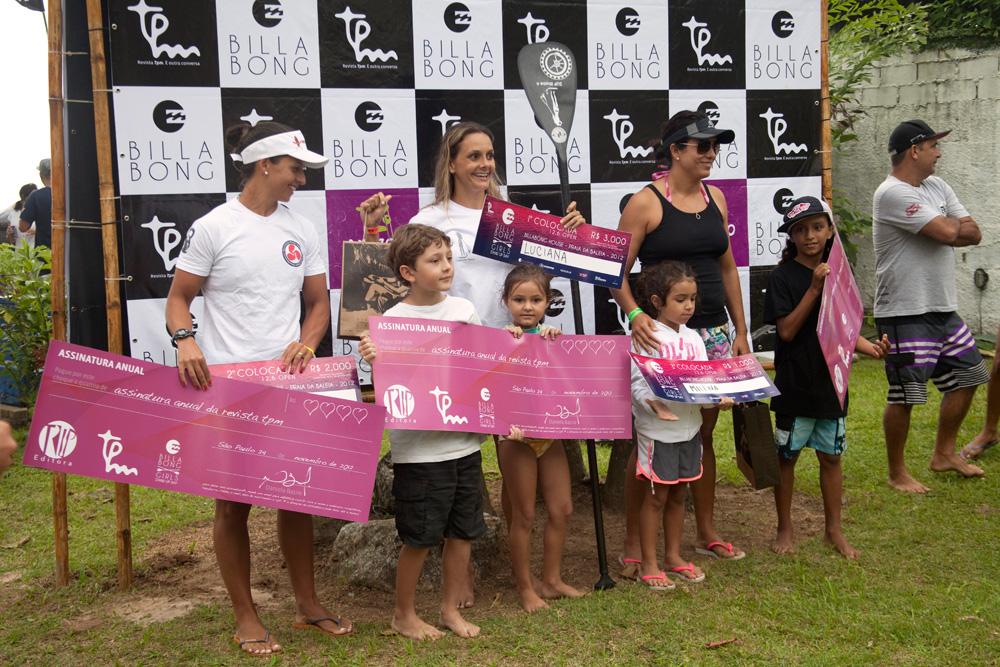 As ganhadoras da categoria race recebendo os prêmios