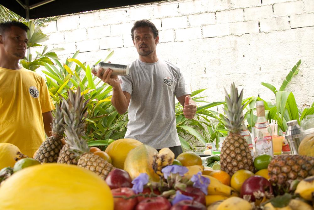 Frutas, drinks super tropicais e muitas flores