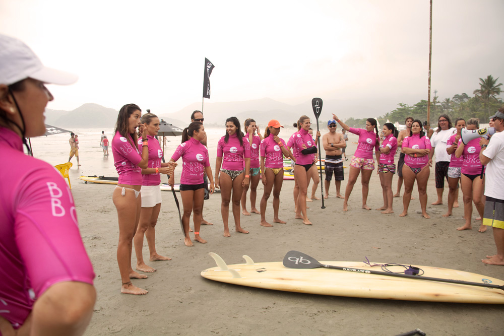 As meninas recebendo as primeiras instruções