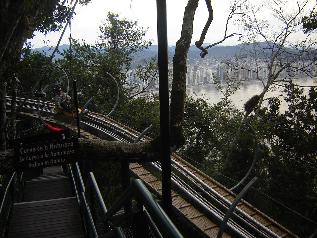 A montanha-russa no parque Unipraias