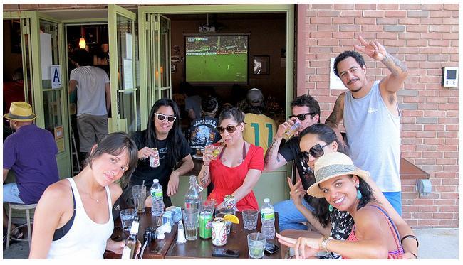 Assistindo ao jogo do Brasil, em NY, na companhia de Marcelo D2