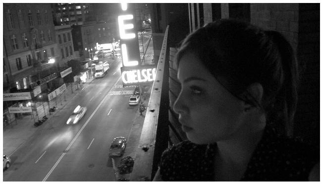 Na sacada do lendário Chelsea Hotel, em Nova York