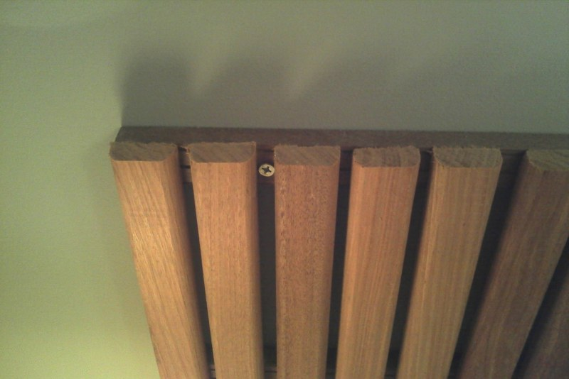 Placas de deck 1.00x.50cm fixadas na parede com parafusos
