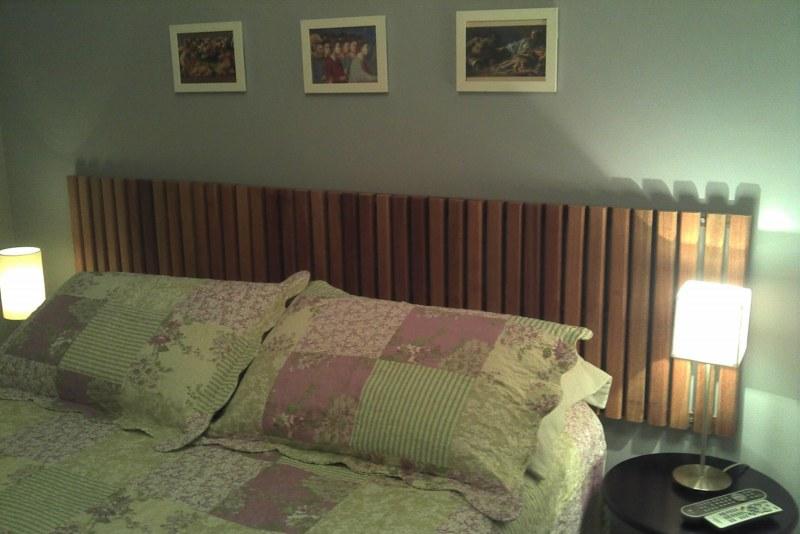 Placas de deck 1.00x.50cm fixadas na parede com parafusos. Roupa de cama da Empório do Enxoval