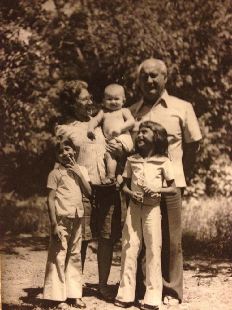 Aos 7 anos com os pais, dona Flor e seu Edir, a primeira sobrinha, Maní, e o irmão Pepê