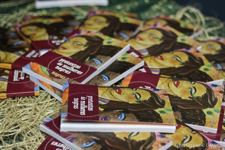 Capa do livro produzido pelo coletivo Mjiba. A obra teve apoio do programa VAI (Valorização de Iniciativas Culturais), da prefeitura de São Paulo.  Do projeto gráfico às fotografias, o Pretextos de Mulheres Negras foi totalmente feito pelo coletivo de autoras