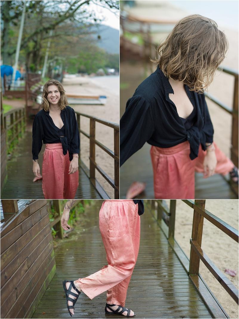Quinta: A calça de cetim e a camisa preta são herança de família. Sandália Arezzo.