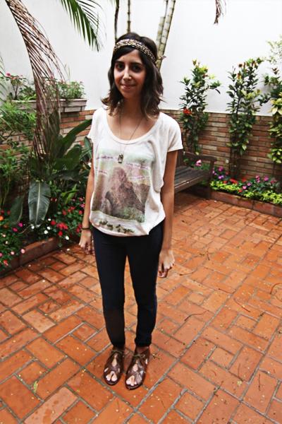 """Hoje choveu o dia todo! Como deu uma refrescada resolvi sair de calça, pois voltaria pra casa só à noite. Acho esse look o básico """"jeans e camiseta"""", por isso, para dar um charme, resolvi dobrar a barra da calça e usar um lenço na cabeça.  Pronto! // Camiseta Emme, legging Jeans Zara, sapato Zara, lenço acervo pessoal"""