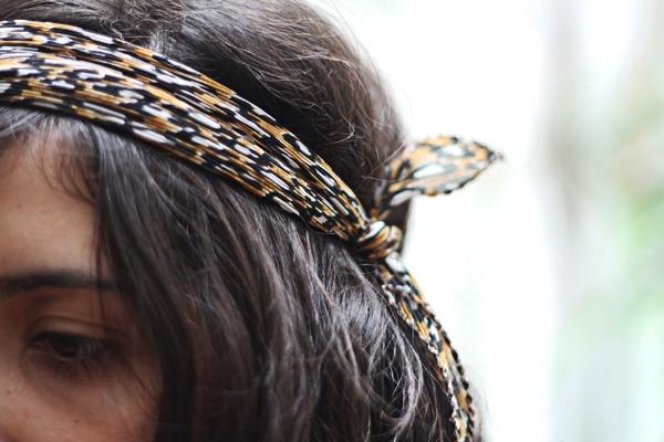 Detalhe da amarração do lenço na cabeça. Um nózinho simples, por fora do cabelo
