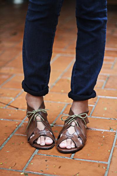 E mais de perto, a sandália de tira de couro combina bastante com o arranjo do lencinho na cabeça