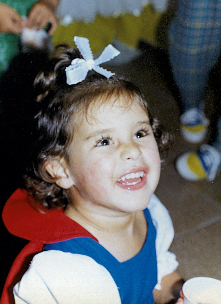 Na festinha de seus 3 anos,  vestida de Branca de Neve