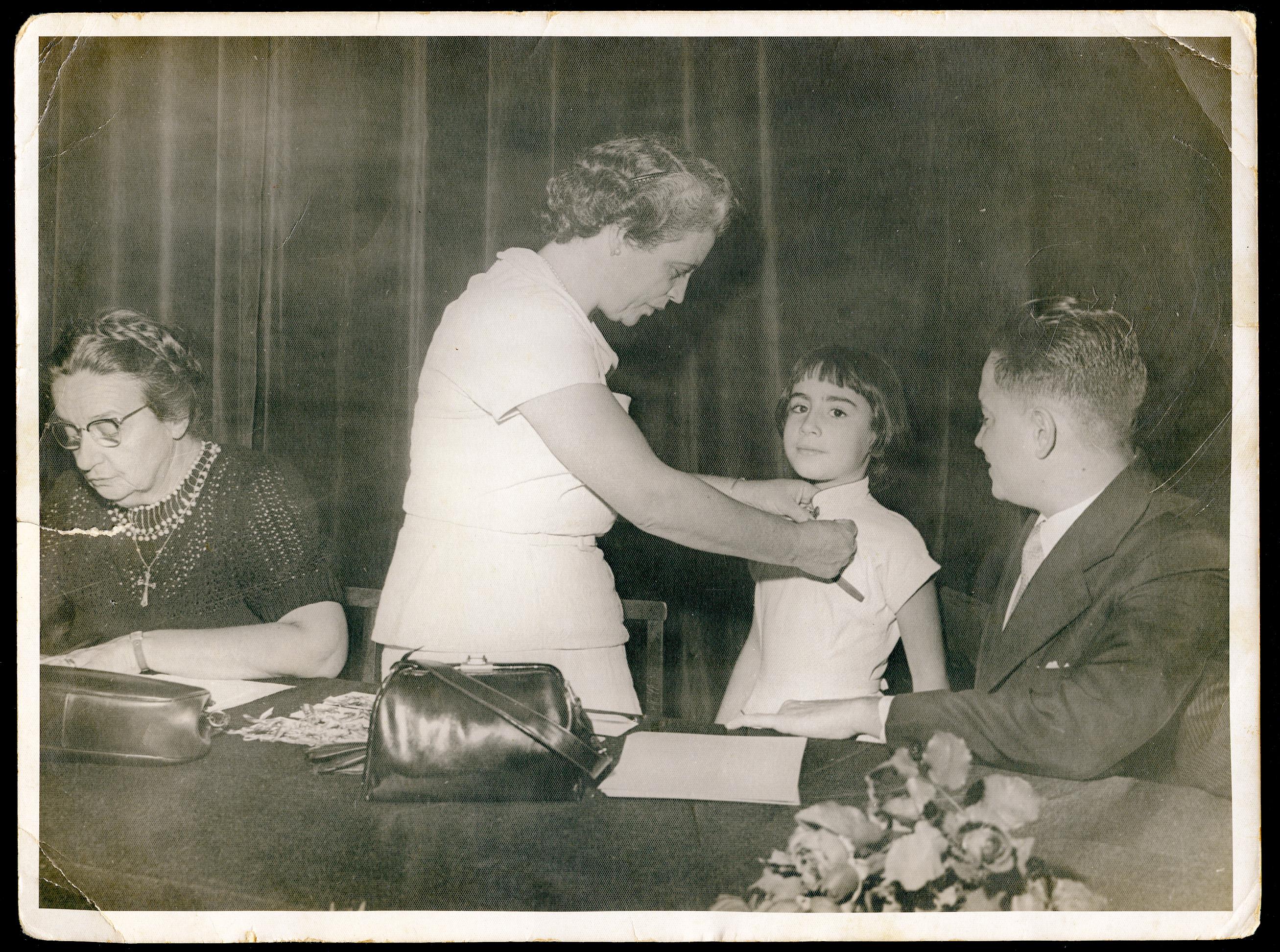 Aos 8 anos, recebendo a medalha de primeira colocada da turma no colégio Mallet Soares