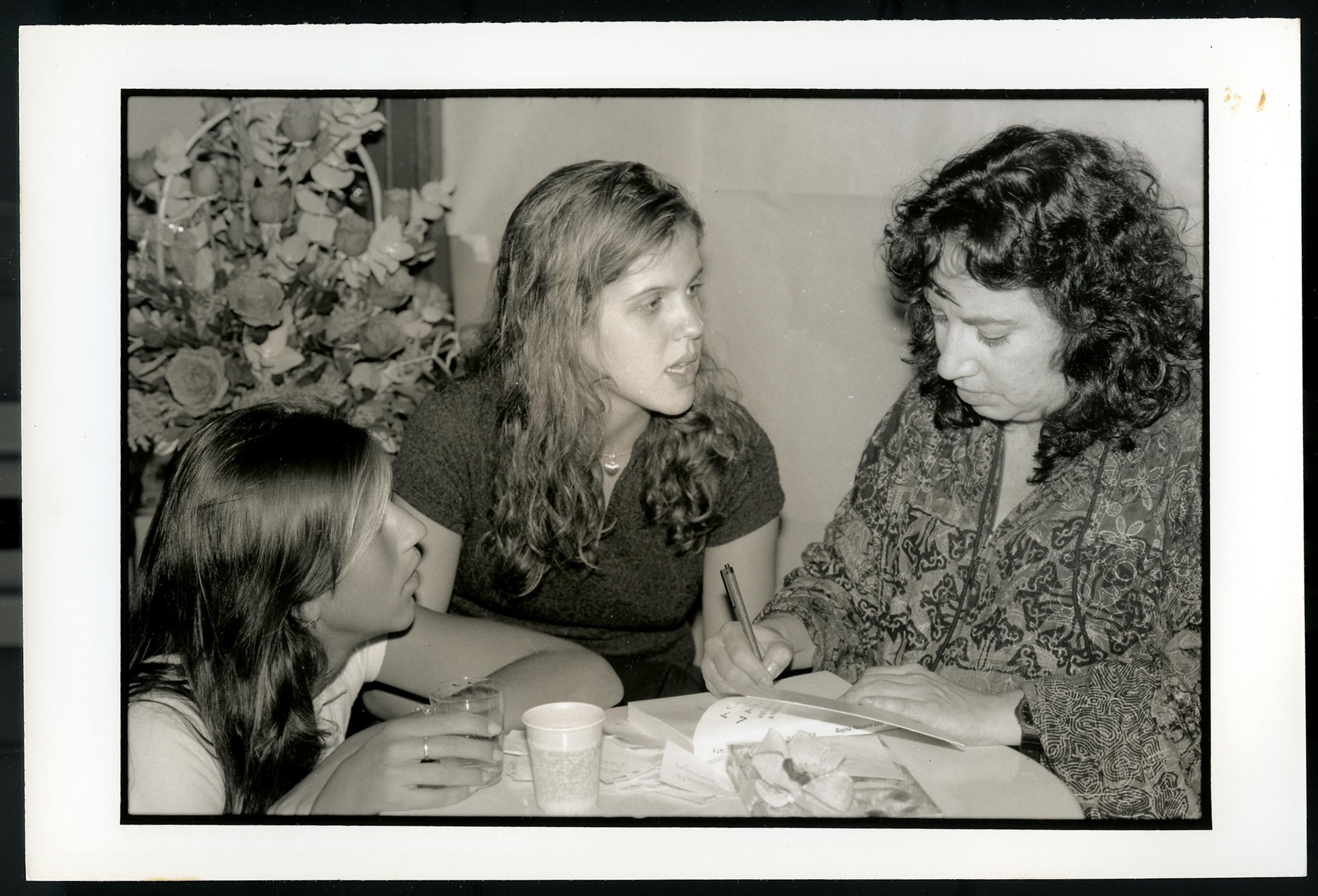 Autografando o exemplar de uma ex-aluna da PUC no lançamento de A cama na varanda, em 1997