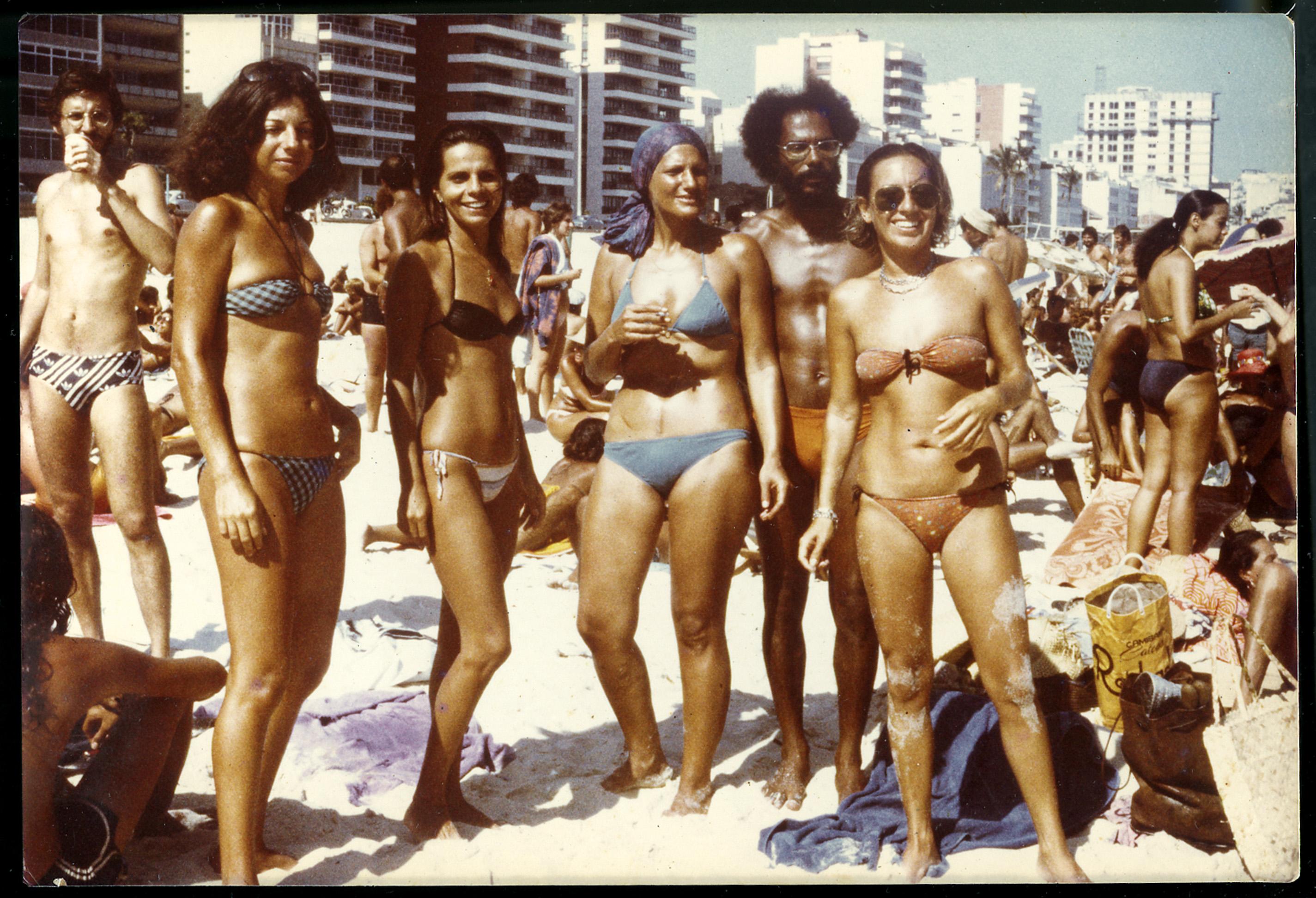 Curtindo o verão de 1977 na praia de Ipanema com os amigos (Regina é a da ponta, à dir.)