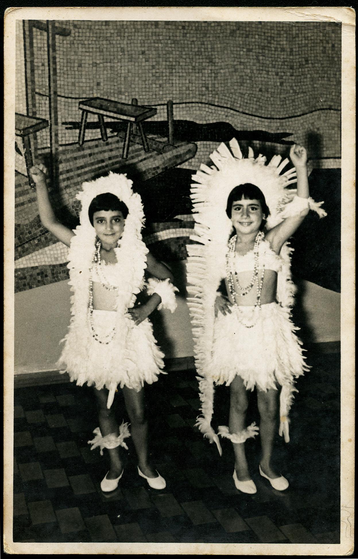Fazendo pose para a foto no Carnaval de 1957,  à dir. da prima Ana Lúcia